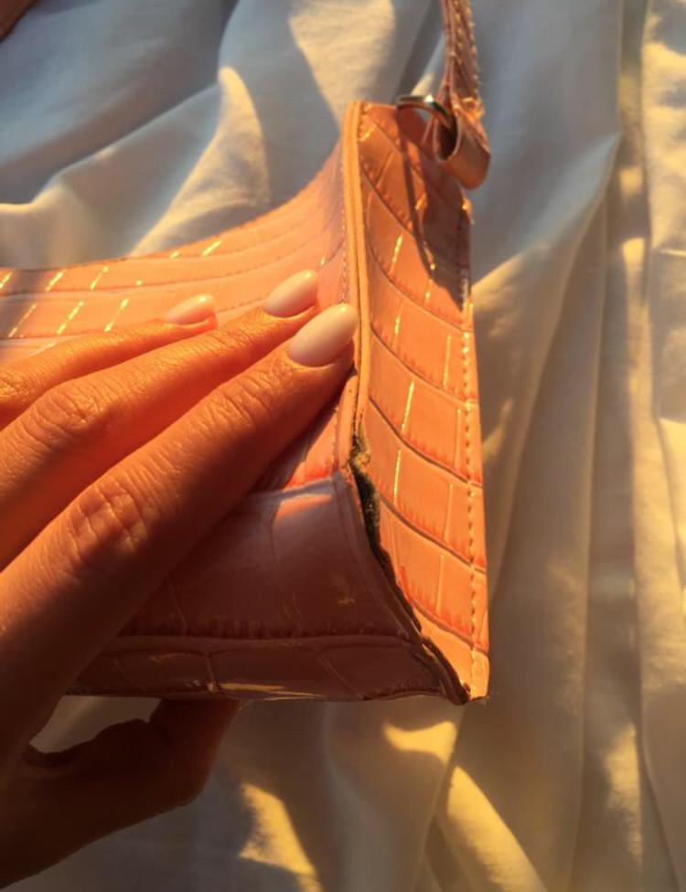 Женская розовая сумка багет фото №4